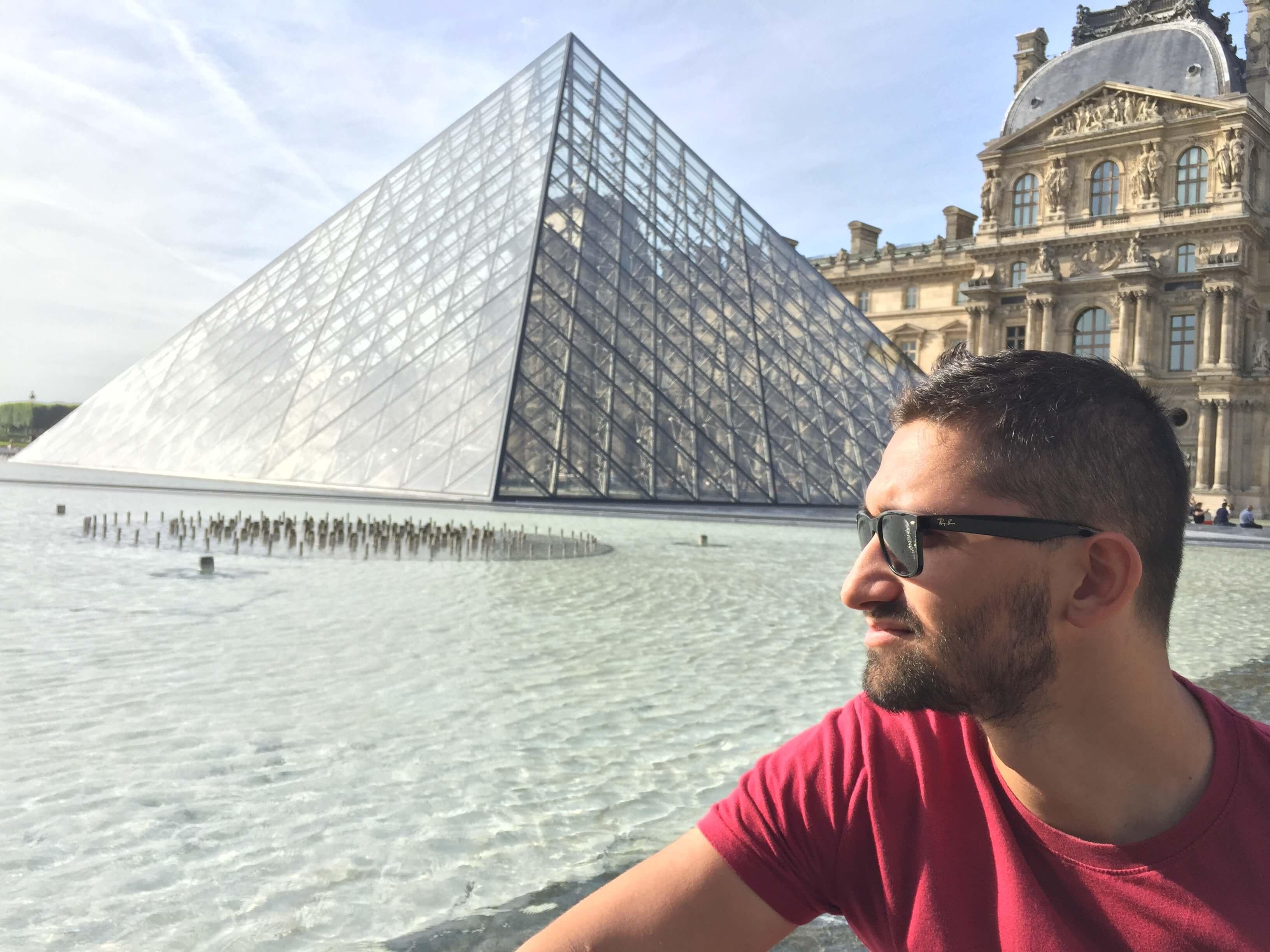 Ja v Paríži, pri Louvre